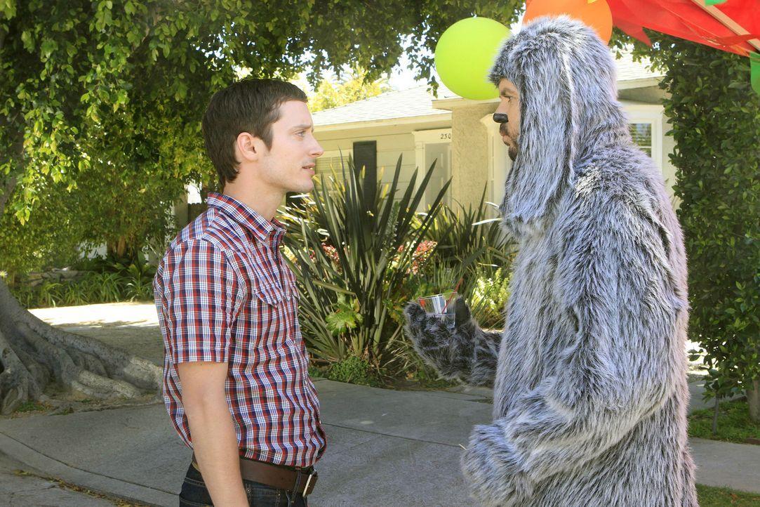 Eigentlich hat Ryan (Elijah Wood, l.) keine Lust, sich unter Menschen zu begeben, doch Wilfred (Jason Gann, r.) überredet ihn, auf die Straßenparty,... - Bildquelle: 2011 FX Networks, LLC. All rights reserved.