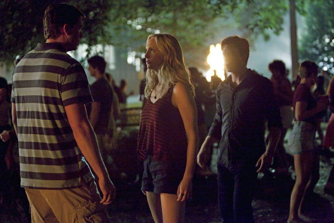 Ausgerechnet bei einer Studentenfeier muss Caroline (Candice Accola, M.) den aufbrausenden Damon (Ian Somerhalder, r.) vor sich selbst schützen ... - Bildquelle: Warner Brothers