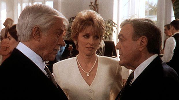 Claire (Brynn Thayer, M.) und ihr Ehemann Elliott (Wayne Tippit, r.) begrüßen...