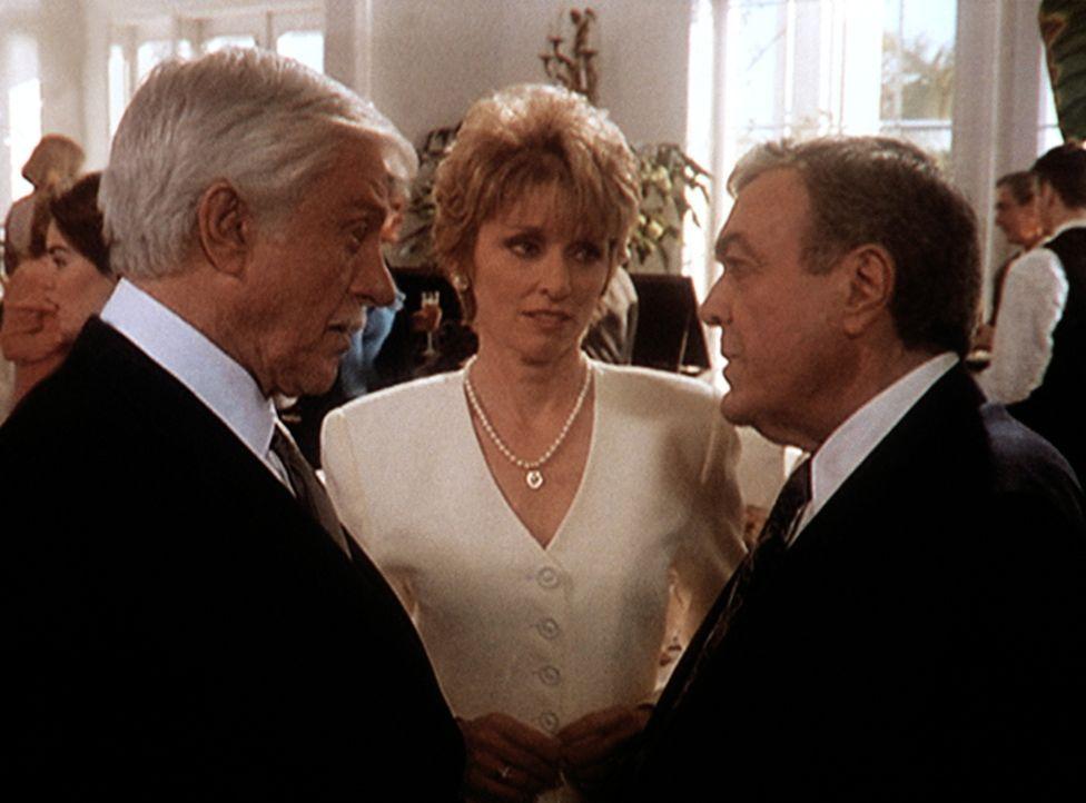 Claire (Brynn Thayer, M.) und ihr Ehemann Elliott (Wayne Tippit, r.) begrüßen Mark (Dick Van Dyke, l.) auf der Wohltätigkeitsveranstaltung, die Clai... - Bildquelle: Viacom