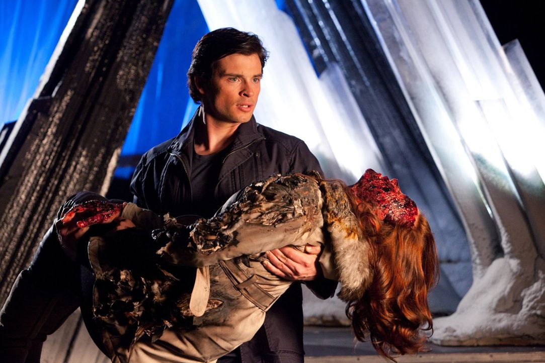 Weil sie versucht, Clark (Tom Welling, hinten) zu retten, wird Tess (Cassidy Freeman, vorne) schwer verletzt ... - Bildquelle: Warner Bros.