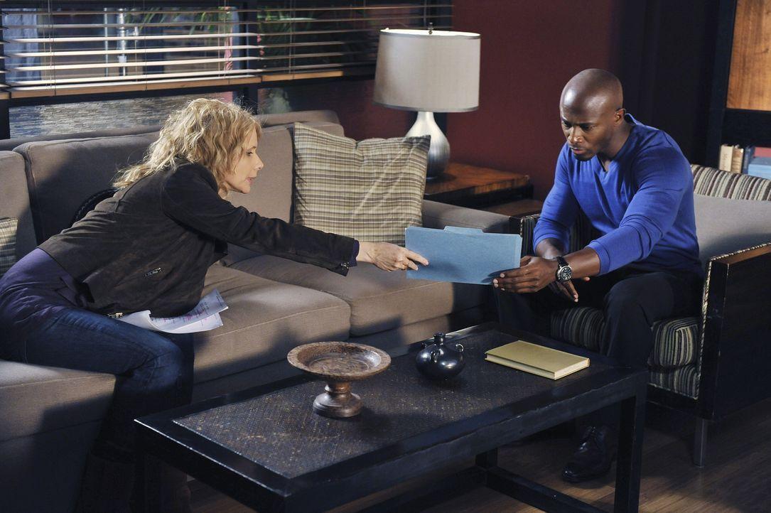 Gemeinsam mit Dinks Mutter Corinne (Rosanna Arquette, l.) entscheidet Sam (Taye Diggs, r.), seiner Tochter die Heirat zu erlauben ... - Bildquelle: ABC Studios