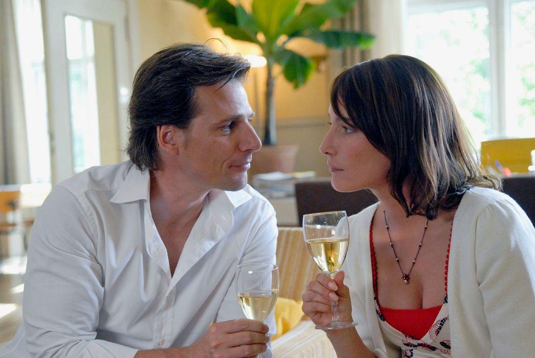 Alex (René Steinke, l.) nähert sich Astrid (Florentine Lahme, r.) vorsichtig, um ihr nicht nur eine ganz persönliche Frage zu stellen ... - Bildquelle: Christoph Assmann Sat.1