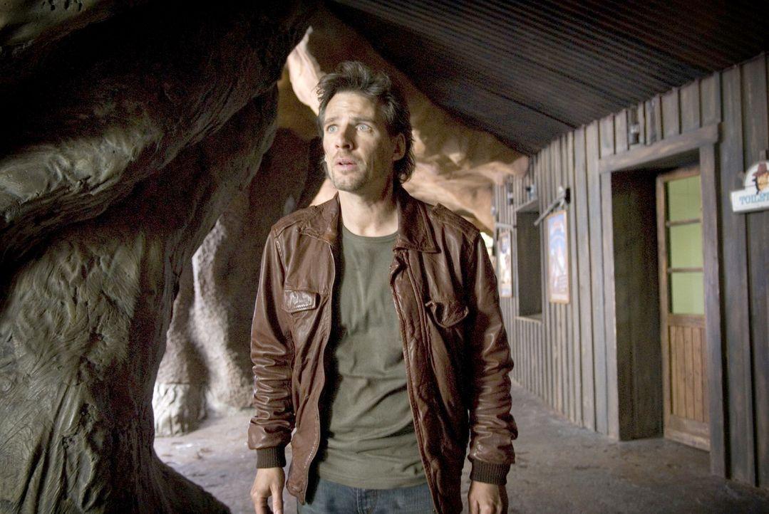 Leon (René Steinke) ist geschockt: Während ihres gemeinsamen Ausflugs in den Vergnügungspark wurde Romy entführt ... - Bildquelle: Martin Menke Sat.1