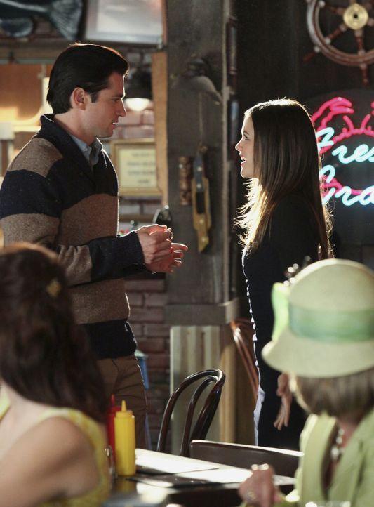 Jadson (Wes Brown, l.) versucht sein One-Night-Stand bei Zoe (Rachel Bilson, r.) wieder gut zu machen, aber diese ist zuerst nur wenig überzeugt ... - Bildquelle: Warner Bros.