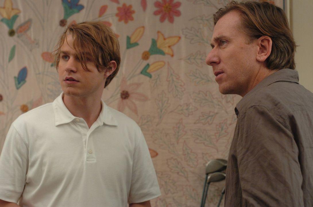 George (Tim Roth, r.) kann anfangs nicht nachvollziehen, weshalb sich seine Frau Ann von dem überaus höflichen Peter (Brady Corbet, l.) belästigt... - Bildquelle: 2008 Warner Brothers