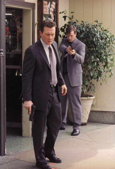 John Doggett (Robert Patrick, l.) steht fassungslos vor der Leiche des Mörders seines Sohnes, der soeben von Assistant Director Brad Follmer (Cary E... - Bildquelle: TM +   Twentieth Century Fox Film Corporation. All Rights Reserved.