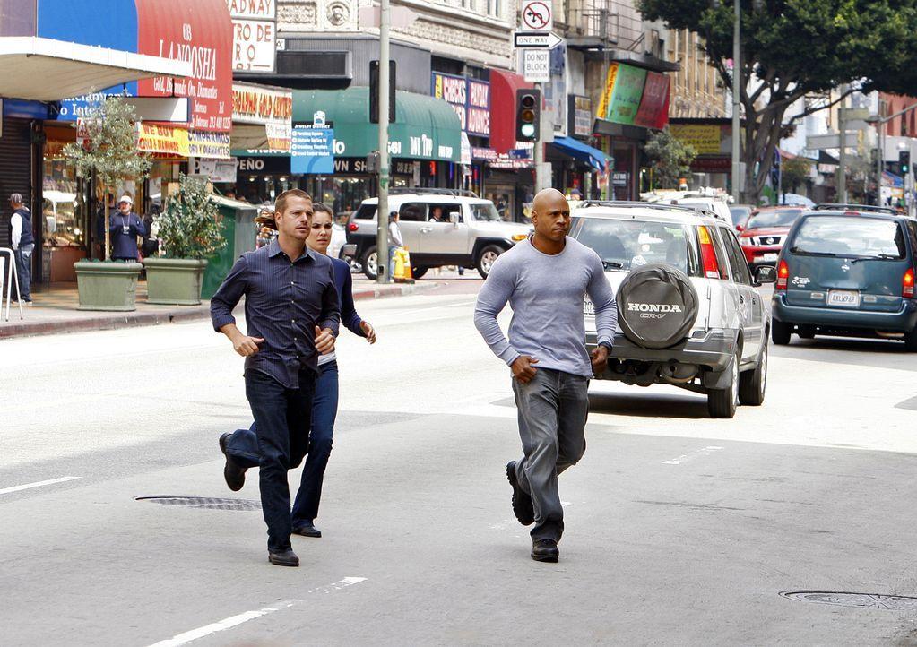 Ermitteln undercover, um Dom zu retten: Kensi (Daniela Ruah, M.), Callen (Chris O'Donnell, l.) und Sam (LL Cool J, r.) ... - Bildquelle: CBS Studios Inc. All Rights Reserved.