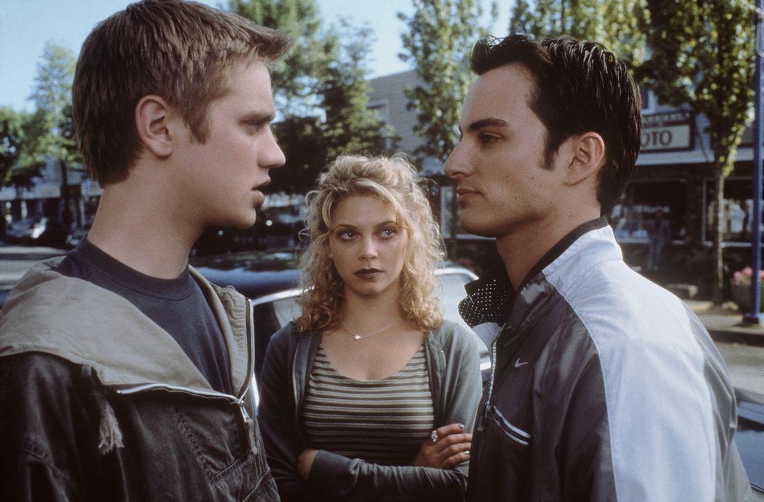 Erst spät kommt Alex (Devon Sawa, l.) dem mysteriösen Todesfällen in seiner Umgebung auf die Spur. Doch seine Freunde Terry (Amanda Detmer, M.) und... - Bildquelle: New Line Cinema