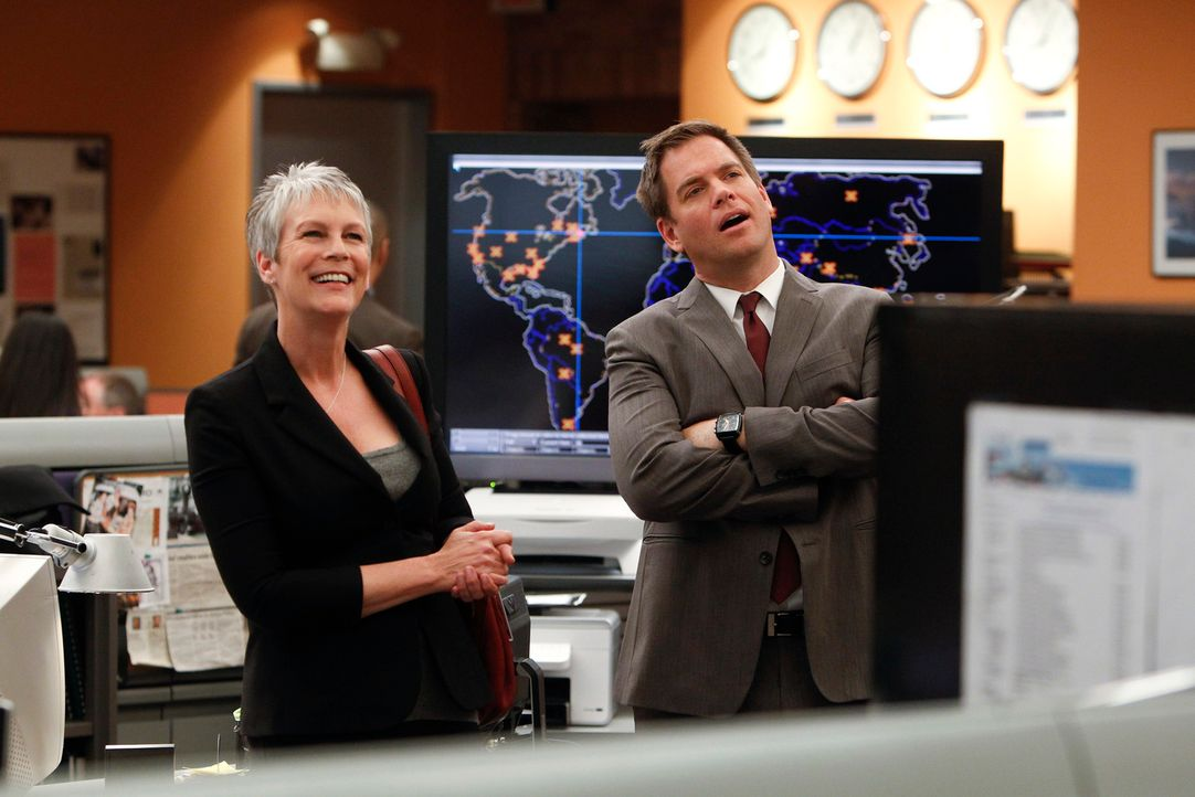 Bei den Ermittlungen in einem Fall, stößt das Team um DiNozzo (Michael Weatherly, r.) auf Dr. Samantha Ryan (Jamie Lee Curtis, l.). Doch hat die etw... - Bildquelle: 2012 CBS Broadcasting Inc. All Rights Reserved.