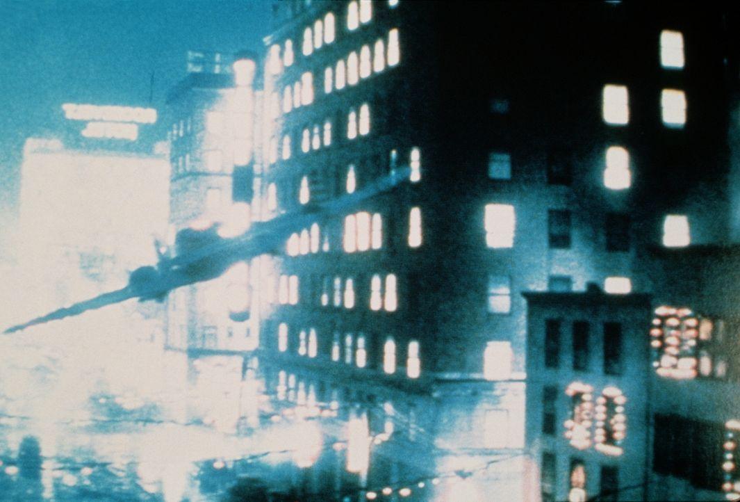 Bei der Verteidigung Hollywoods verirrt sich ein Bruchpilot auch zwischen die Gebäude des Hollywood-Boulevards ... - Bildquelle: Universal Pictures