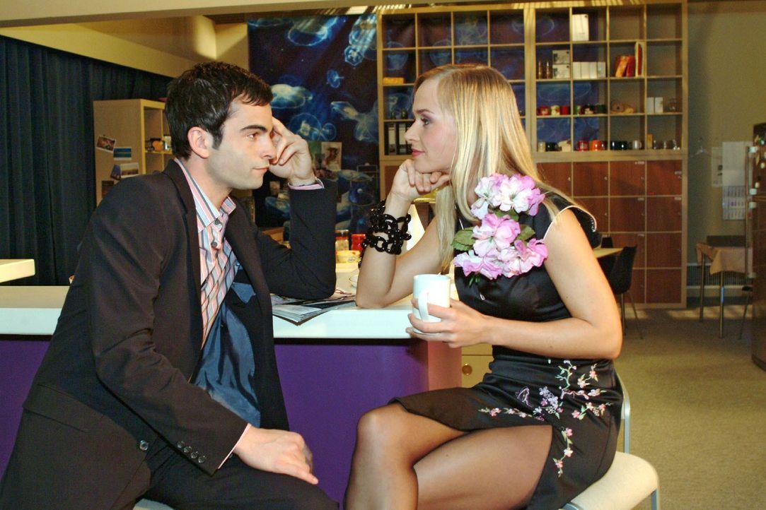 Womanizer David (Mathis Künzler, l.) kann es nicht lassen - und flirtet heftig mit Model Verena (Annett Fleischer, r.) ... - Bildquelle: Sat.1
