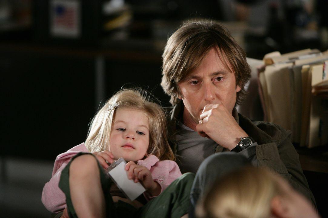 Joe (Jake Weber, r.) und Marie (Miranda Carabello, l.) warten auf Allison, die einen neuen Fall bearbeitet … - Bildquelle: Paramount Network Television