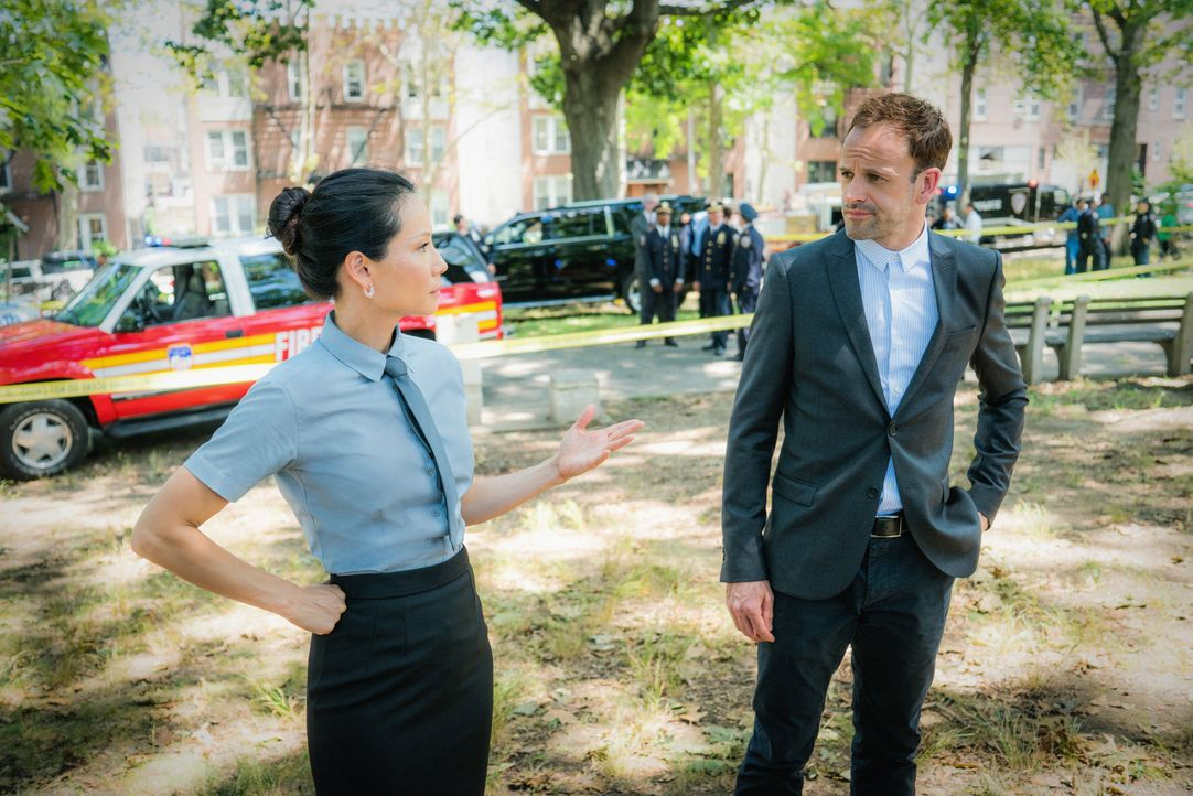 Ein ehemaliger Bombenleger wird nach sechs Jahren plötzlich wieder aktiv. Joan (Lucy Liu, l.) und Holmes (Jonny Lee Miller, r.) ermitteln: Inwiefern... - Bildquelle: Michael Parmelee 2016 CBS Broadcasting, Inc. All Rights Reserved