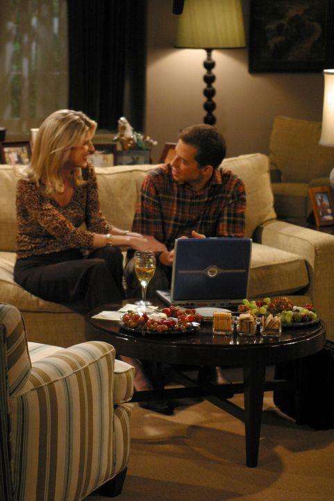 Bei einem Fußballturnier lernt Alan (Jon Cryer, r.) die attraktive Gloria (Christine Dunford, l.) kennen, die als allein erziehende Mutter nach ein... - Bildquelle: Warner Brothers Entertainment Inc.