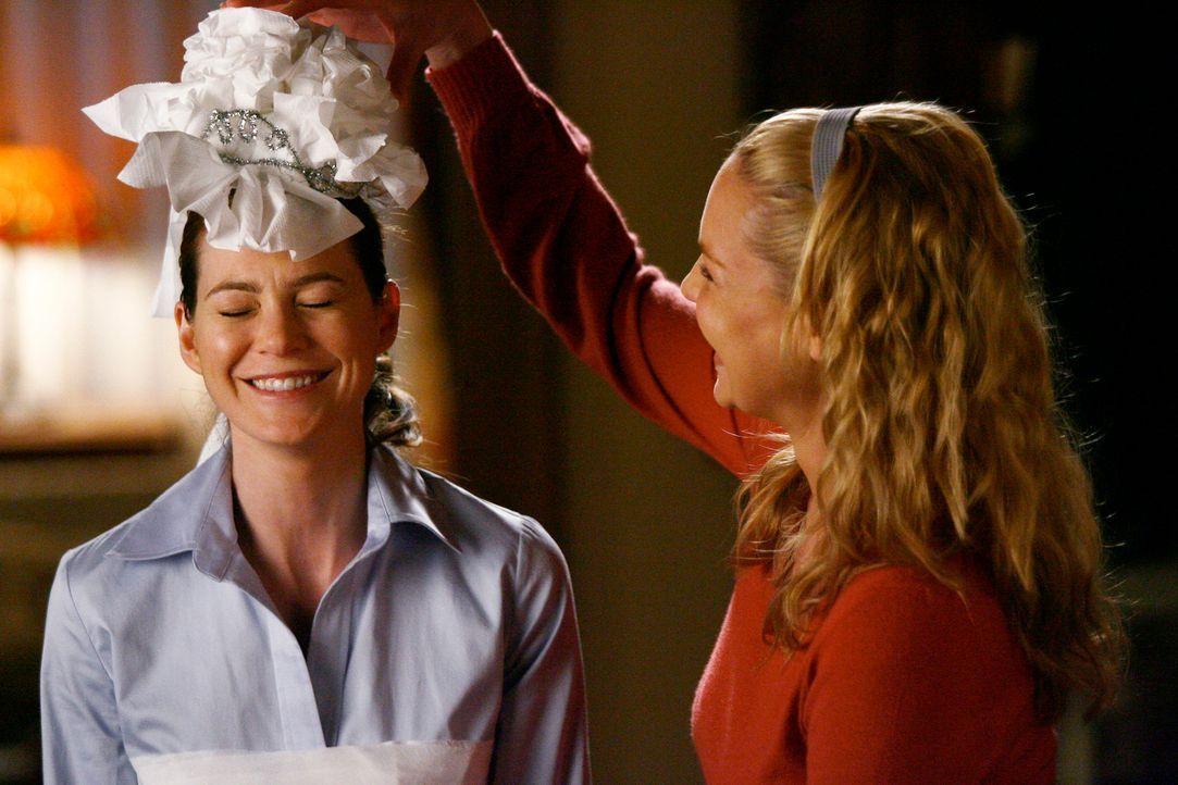 Meredith (Ellen Pompeo, l.) und Izzie (Katherine Heigl, r.) haben sichtlich Spaß, Cristina bei den Vorbereitungen für ihre Hochzeit zu unterstütz... - Bildquelle: Touchstone Television