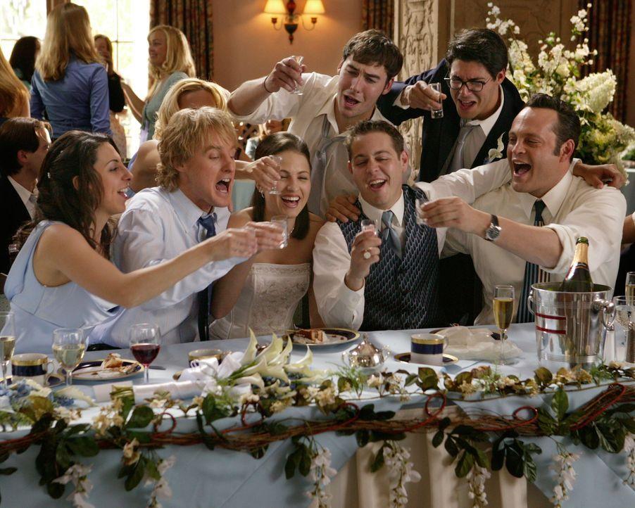 Immer wieder gehen John Beckwith (Owen Wilson, 2.v.l.) und Jeremy Grey (Vince Vaughn, r.) uneingeladen zu Hochzeitsfeierlichkeiten von irgendwelchen... - Bildquelle: Warner Bros. Television