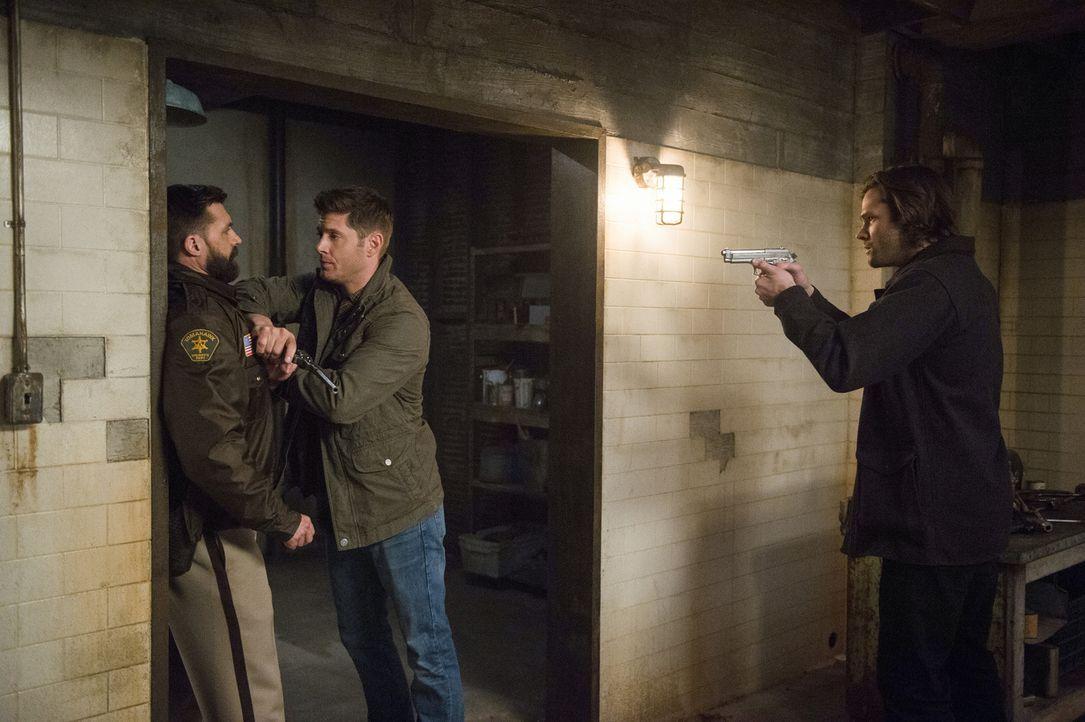 (v.l.n.r.) Sheriff Barrett Bishop Jr. (Steve Boyle); Dean (Jensen Ackles); Sam (Jared Padalecki) - Bildquelle: Diyah Pera 2016 The CW Network, LLC. All Rights Reserved/Diyah Pera