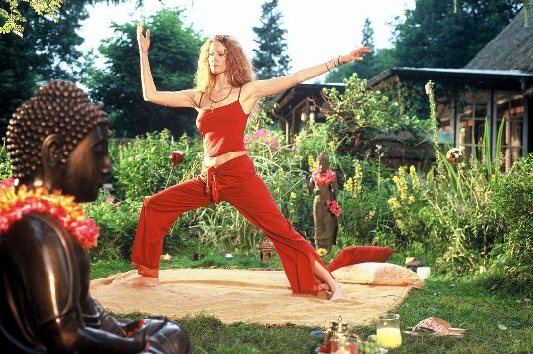 Heidi (Esther Schweins) hält sich fit durch Tai-Chi. - Bildquelle: Krumwiede Sat.1