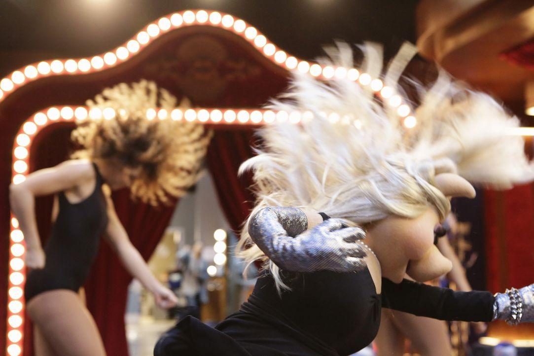 Bei den Proben für eine Tanzeinlage bricht sich Miss Piggy (vorne) das Bein. Doch was wird jetzt aus ihrer Show? - Bildquelle: ABC Studios
