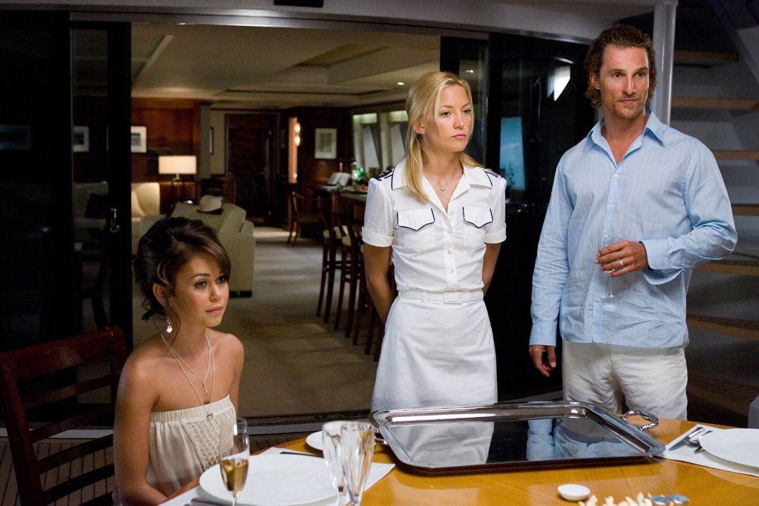 Als die reiche Gemma (Alexis Dziena, l.) ihren Hut verliert, führt das Schicksal das zerstrittene Ehepaar Benjamin (Matthew McConaughey, r.) und Te... - Bildquelle: Warner Brothers