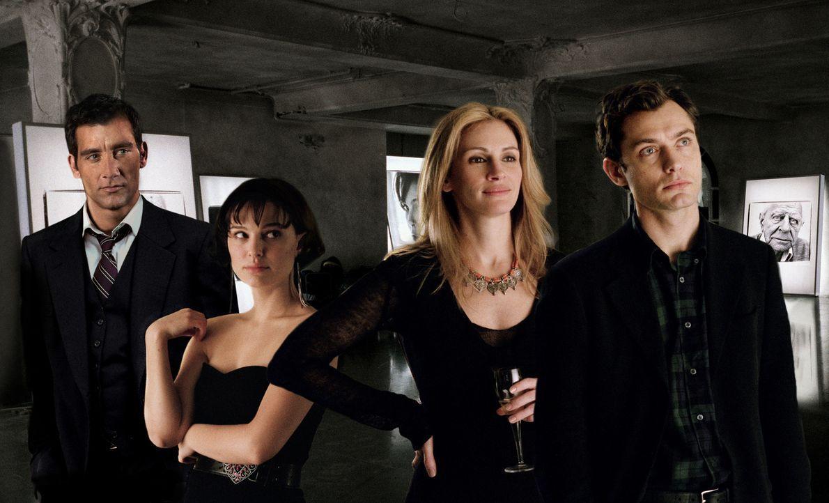 Aufgrund einer zufälligen Begegnung gerät das Leben von Dan (Jude Law, r.), Alice (Natalie Portman, 2.v.l.), Anna (Julia Roberts, 2.v.r.) und Larry... - Bildquelle: Sony Pictures Television International. All Rights Reserved.