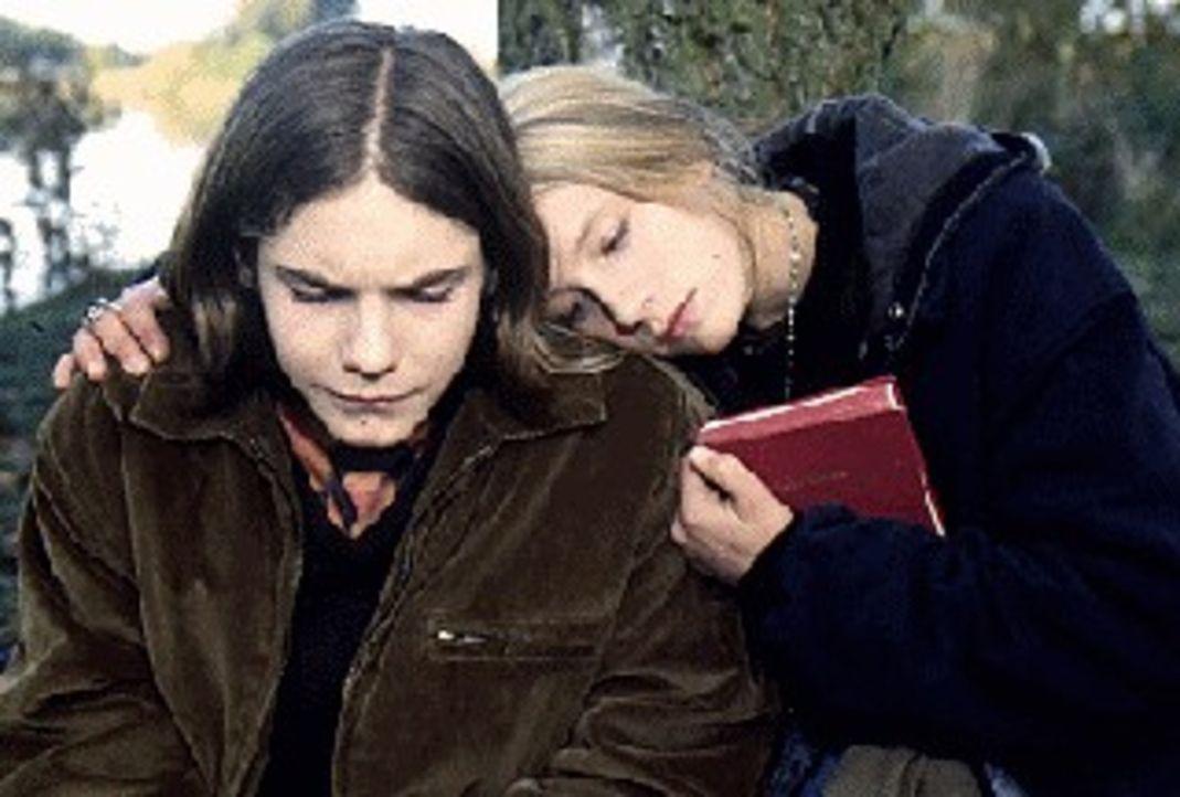 Die Teenager Nicolas (Daniel Brühl, l.) und Eva (Marlene Meyer-Dunker, r.) haben schon viel durchgemacht und das schweißt die beiden zusammen. - Bildquelle: SAT.1
