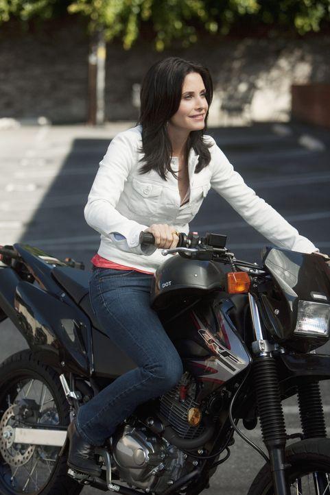 Macht eine Testfahrt mit Andys neuem Motorrad: Jules (Courteney Cox) ... - Bildquelle: 2009 ABC INC.