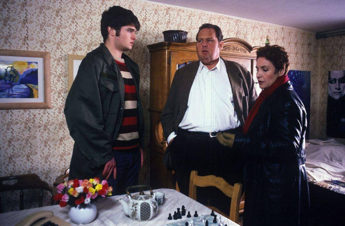 Wolfgang Weber (Frederic Welter, l.) erfährt von Benno (Ottfried Fischer, M.) und Sabrina (Katerina Jacob, r.), dass der alte Mitteregger ermordet w... - Bildquelle: Magdalena Mate Sat.1