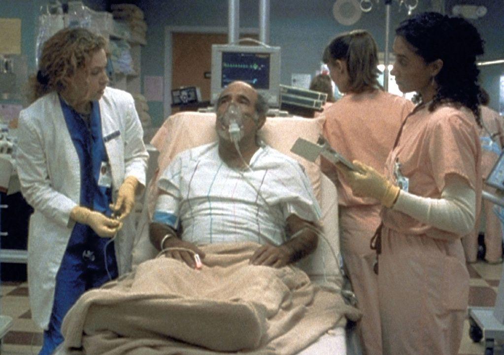 Die übernächtigte Dr. Corday (Alex Kingston, l.) verabreicht irrtümlich eine tödliche Dosis Magnesium und kommt deshalb in Teufels Küche. - Bildquelle: TM+  2000 WARNER BROS.
