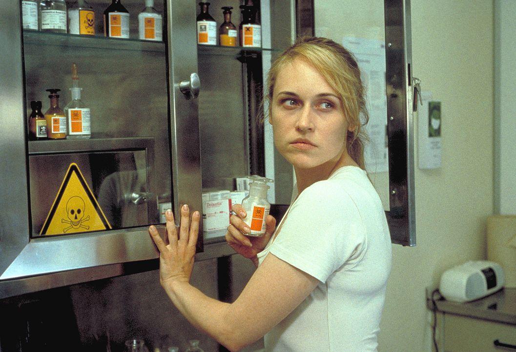Die todkranke Meike Bittner (Anica Dobra) fasst einen schweren Entschluss. Aus dem Krankenhaus stiehlt sie ein hochgiftiges Präparat ... - Bildquelle: A. Kiermeier ProSieben
