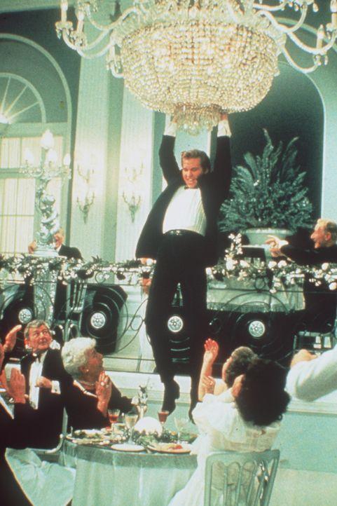 Mit seinen halsbrecherischen Einlagen bringt der Rockstar Nick Rivers (Val Kilmer, M.) Schwung in die feine Gesellschaft ... - Bildquelle: Paramount Pictures
