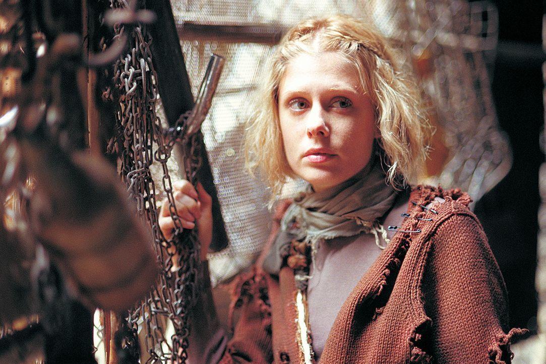 Eines Tages hat Sarah (Tara Subkoff) genug vom Höhlenleben innerhalb der Sippe und haut ab ... - Bildquelle: 2004 Sony Pictures Television International. All Rights Reserved.