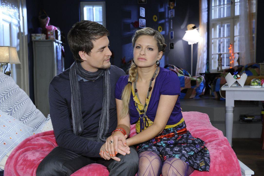 Nachdem Jojo seine Gefängnisstrafe angetreten hat, macht sich Lars (Alexander Klaws, l.) Sorgen um Mia (Josephine Schmidt, r.) ... - Bildquelle: SAT.1