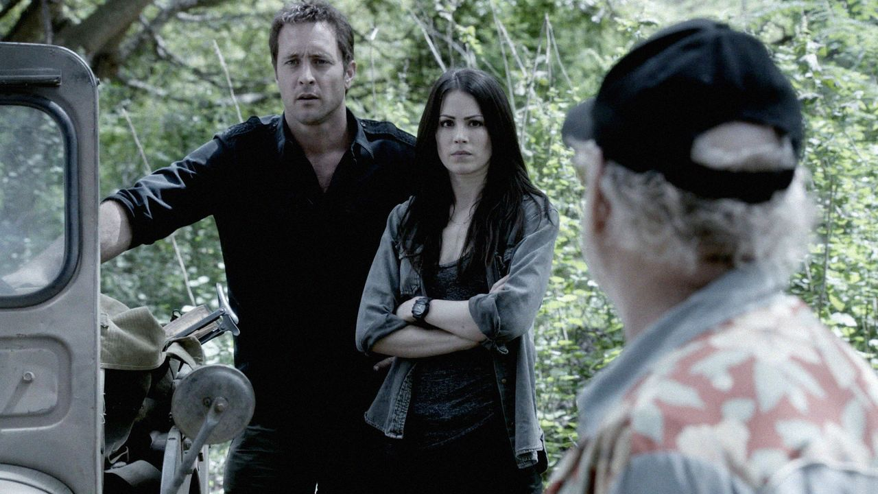 Um ein Versprechen einzulösen, brauchen Steve (Alex O'Loughlin, l.) und Catherine (Michelle Borth, M.) die Hilfe von Frank Bama (Jimmy Buffett, r.).... - Bildquelle: 2013 CBS Broadcasting, Inc. All Rights Reserved.
