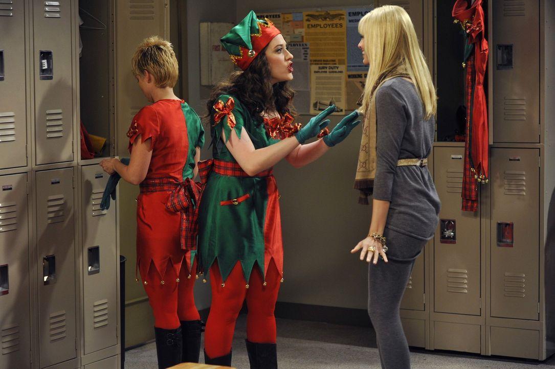 Feiertags-Fan Caroline (Beth Behrs, r.) versucht den Weihnachts-Muffel Max (Kat Dennings, M.) für einen Nebenjob im Kaufhaus zu begeistern: Verklei... - Bildquelle: Warner Brothers