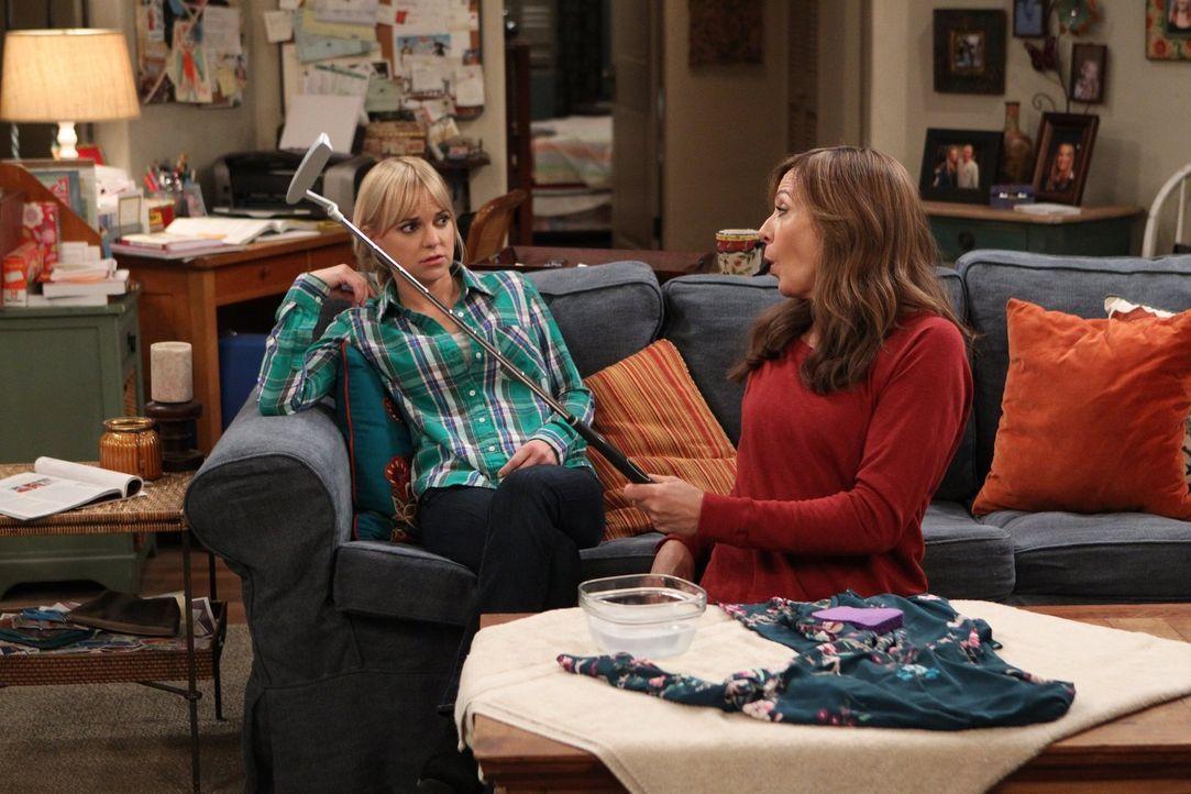 Bonnie (Allison Janney, r.) ist ziemlich begeistert, als Candaces Vater Fred sich für ihre Tochter, Christy (Anna Faris, l.), interessiert. Doch Chr... - Bildquelle: 2015 Warner Bros. Entertainment, Inc.