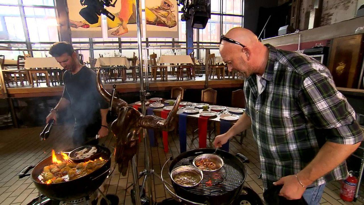 Treten am Grill gegeneinander an: Jay Khan (l.) und Profikoch Stefan Wiertz (r.) ... - Bildquelle: ProSieben MAXX