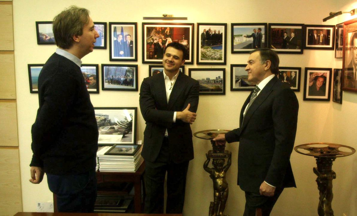 In eine Holzkiste gesperrt, wird Olli (l.) nach Moskau verfrachtet, um mit einem Oligarchen Geburtstag zu feiern. Ohne Vorbereitung muss er sich in... - Bildquelle: ProSieben