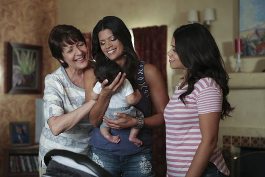 Jane the Virgin - Sind stolz auf den kleinen Mateo: Jane (Gina Rodriguez, r.)...