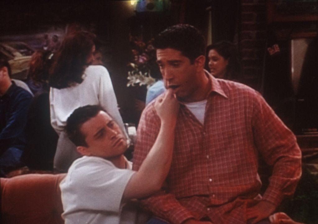 """Joey (Matt LeBlanc, l.) erklärt seinen Freunden anhand von Ross (David Schwimmer, r.), was beim Wrestling ein """"Angelhaken"""" ist. - Bildquelle: TM+  2000 WARNER BROS."""