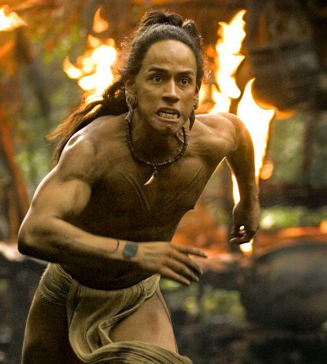 Eines Tages wird sein Dorf von den feindlichen Kriegern des Stammes Holcano angegriffen. Für Pranke des Jaguar (Rudy Youngblood) und seine Familie... - Bildquelle: Constantin Film