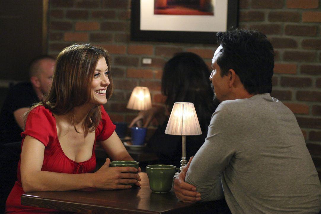 Hat die Liebelei mit ihrem Verehrer (Benjamin Bratt, r.) eine Zukunft für Addison (Kate Walsh, l.)? - Bildquelle: ABC Studios