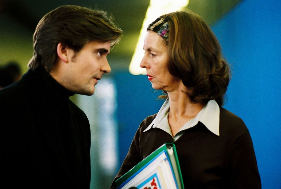 Ungewohnte Vaterpflichten: Alex (Patrick Rapold, l.) setzt sich für Jonathan bei dessen Englischlehrerin (Beatrice Frey, r.) ein. - Bildquelle: Sat.1