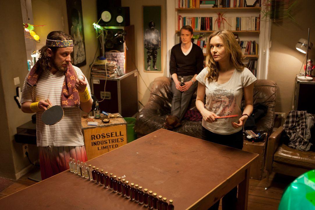 Tischtennis mal ganz anders: (vl.n.r.) Düse (Marian Meder), David (Max von Pufendorf) und Nina (Stefanie Stappenbeck) ... - Bildquelle: Conny Klein SAT.1