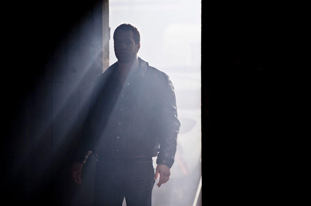Ermittelt in einem Mordfall, der ihn mit seiner Vergangenheit konfrontiert: Mick Brisgau (Henning Baum) ... - Bildquelle: Martin Rottenkolber SAT.1