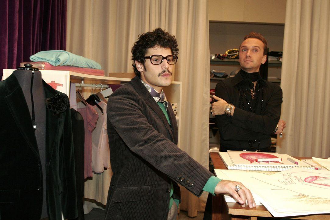 Rokko (Manuel Cortez, l.) und Hugo (Hubertus Regout, r.) brainstormen über den Namen des Parfüms. - Bildquelle: Noreen Flynn Sat.1