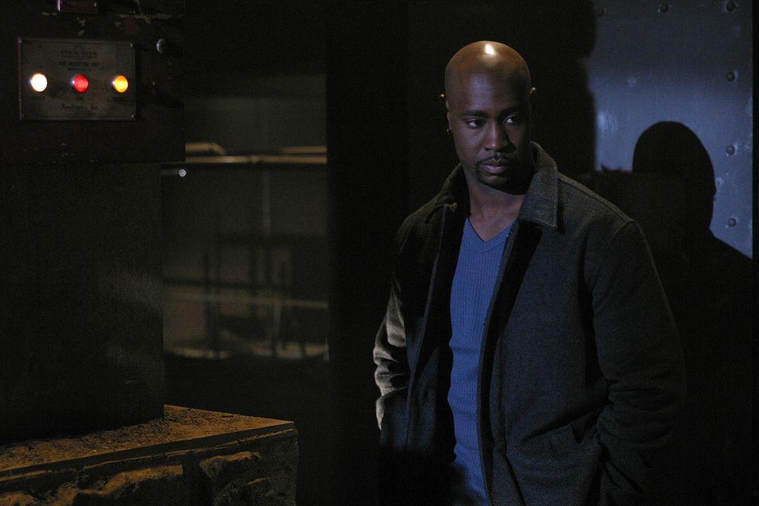 Principal Wood (David Byron Woodside) bekommt Besuch vom Geist seiner Mutter, die ihm erklärt, dass es Spike war, der sie getötet hat. - Bildquelle: TM +   Twentieth Century Fox Film Corporation. All Rights Reserved.