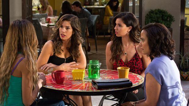 Rosie (Dania Ramirez, l.) berichtet ihren Freundinnen (v.r.n.l. Judy Reyes, R...
