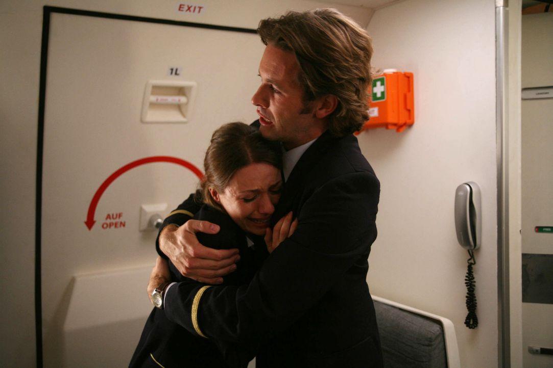 Die junge Flugbegleiterin Mira (Julia Hartmann, l.) macht sich schreckliche Vorwürfe, am Tod ihrer Kollegin Steffi schuld zu sein. Da macht ihr Stew... - Bildquelle: Volker Roloff ProSieben